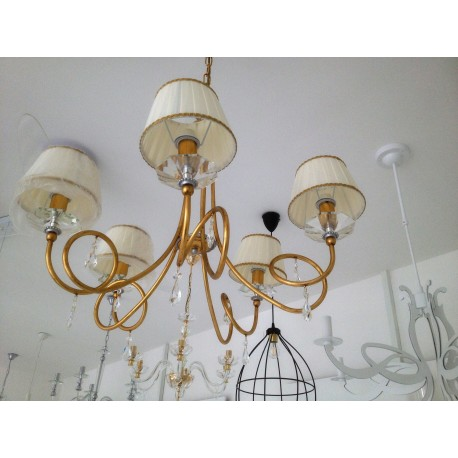 Lampadari In Ferro Battuto.Elegantissimo Lampadario In Ferro E Cristalli Rende Raffinatissimo L Ambiente